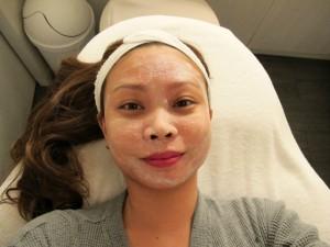 Процесс обрабатывания лица энзимным пилингом в салоне красоты