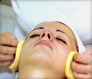Процесс нанесения химического препарата на кожу лица