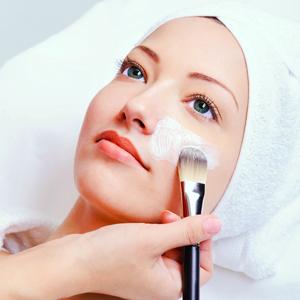 Накладывание косметической маски на лицо