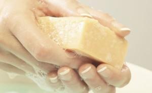 Девушка моет руки хозяйственным мылом