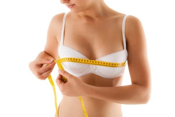 Девушка измеряет грудь