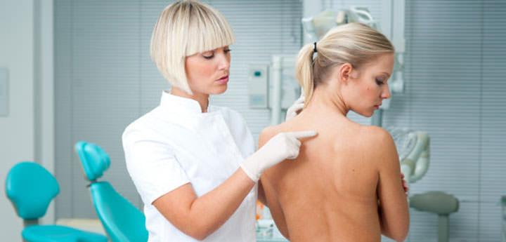 Девушка на осмотре у врача
