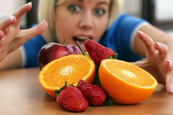 Девушка напала на фрукты
