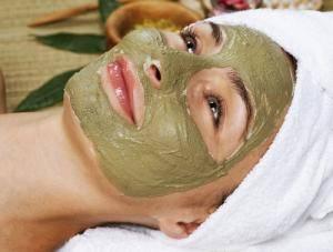 Девушка сделала травяную маску