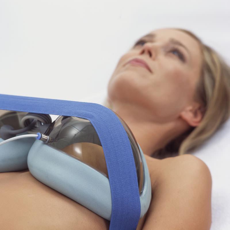 девушка увеличивает грудь аппаратом