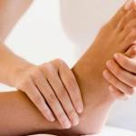 Девушке делают массаж ног