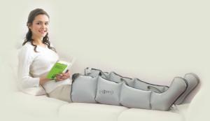 Девушке проводят прессотерапию ног