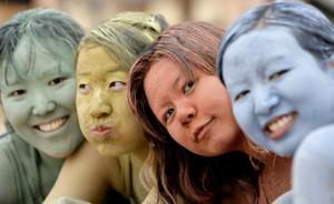 Девушки с глиной на волосах