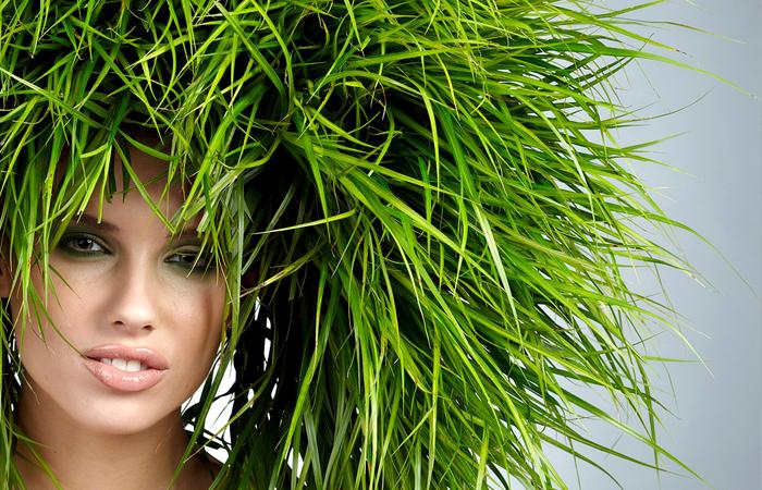Девушка с травой на голове