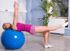 девушка делает упражнения с фитболом