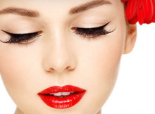 девушка с макияжем на лице