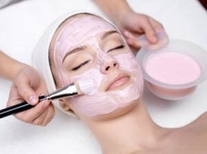 Процесс нанесения маски на лицо