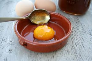 Тарелка с яичным желтком