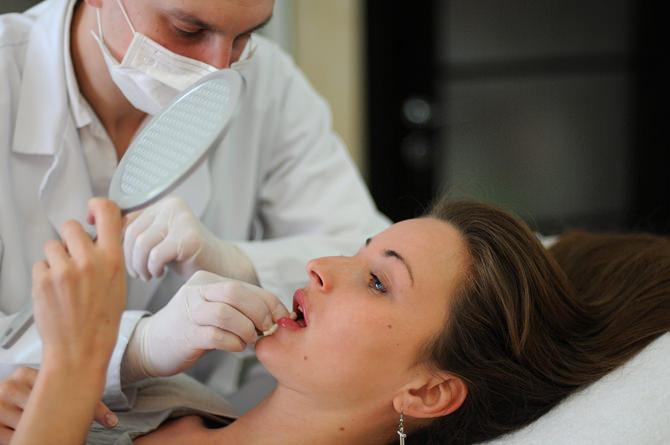 Девушке увеличивают губы гиалуроновой кислотой