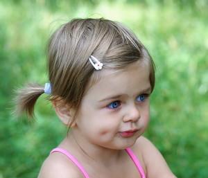 Девочка с ямочками на щеках