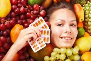 Девушка держит витаминки