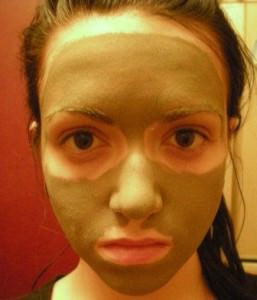 Девушка нанесла мазь Вишневского на лицо