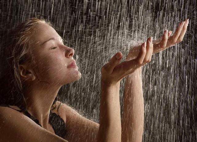 Девушка принимает контрастный душ