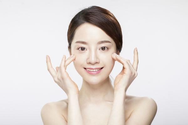 Девушка с чистой кожей лица