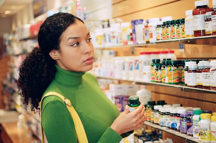 Девушка выбирает витамины