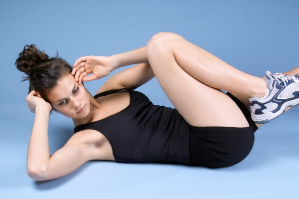 Девушка выполняет упражнения от целлюлита