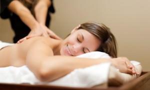 Девушке проводят лимфодренажный массаж