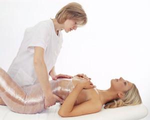Девушке проводят обертывание
