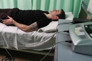 Мужчина под физиотерапией
