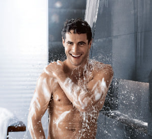 Мужчина принимает контрастный душ