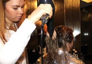 Проведение процедуры бразильского выпрямления волос