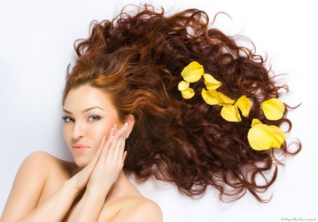 девушка с крепкими волосами