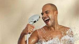 Мужчина моется